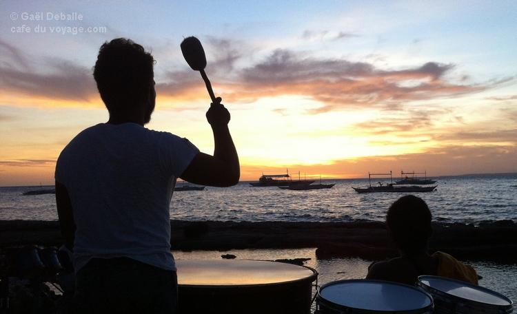 musique sur la plage d'Apo Island