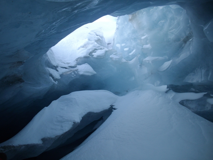 Explorez une grotte de glace naturelle au cœur du glacier de Zinal