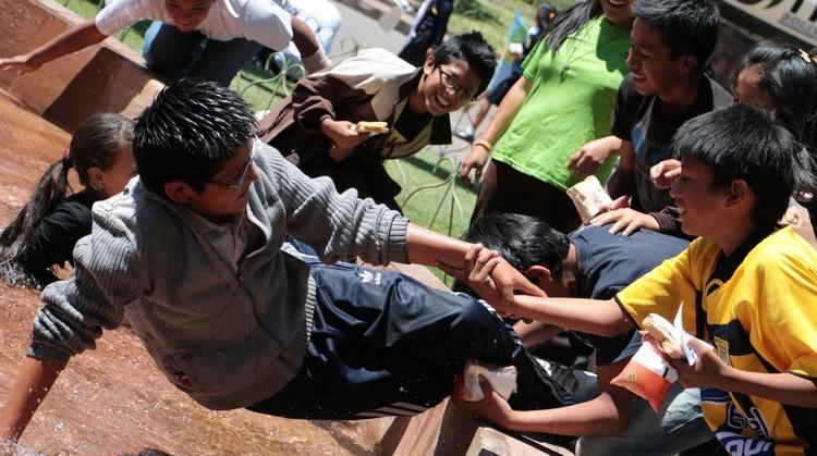 enfants boliviens qui jouent